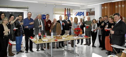 Los agentes de la propiedad inmobiliaria brindaron por las fiestas de Navidad y por el año 2013.