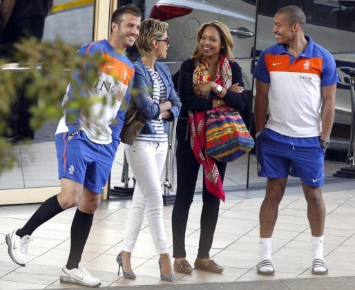 Rafael van der Vaart y Nigel de Jong jugadores de la Selección de Hoalnda con sus mujeres.