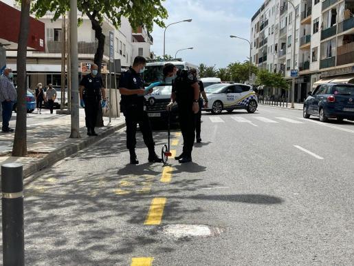 Agentes de la Policía Local de Ibiza en el lugar de los hechos.