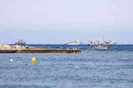 Algunos de los atuneros fondeado frente a la Bahía de Portmany durante la mañana de ayer.