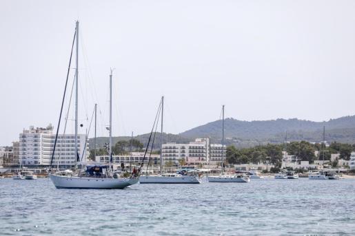 Numerosas embarcaciones fondeadas frente a Punta Pinet.