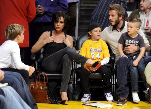 Foto de archivo de Victoria y David Beckham junto a sus hijos en un partido de baloncesto.