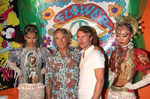 Carlos Martorell y el cantautor, en el photocall de Flower Power VIP.