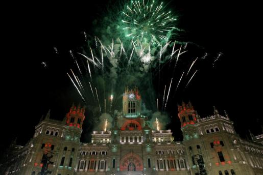 Fuegos artificiales en el Palacio de Cibeles, sede de la Alcaldía de Madrid, pusieron el broche a la tradicional Cabalgata de Reyes de la capital española.