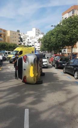 Imagen del coche volcado.