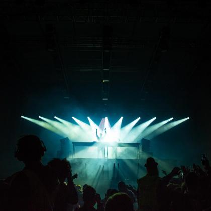 Imagen de la actuación de un dj.