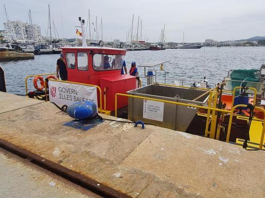 Embarcación para la limpieza del litoral en Baleares.
