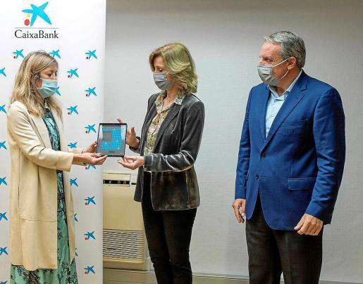 MENORCA - CaixaBank distingue el carácter social de Artiem . María Cruz Rivera, directora territorial de CaixaBank, entrega el premio a Gabriela Aliaga y José Guillermo Díaz Montañés.
