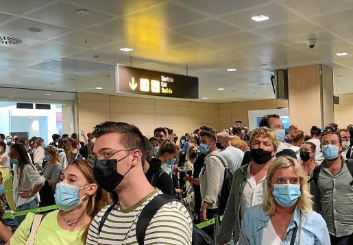 Los controles a los viajeros internacionales provocaron este sábado por la tarde aglomeraciones en la terminal de llegadas.