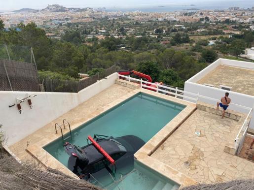 Aterrizaje de película en la piscina de un vecino de Cas Mut, en Ibiza.