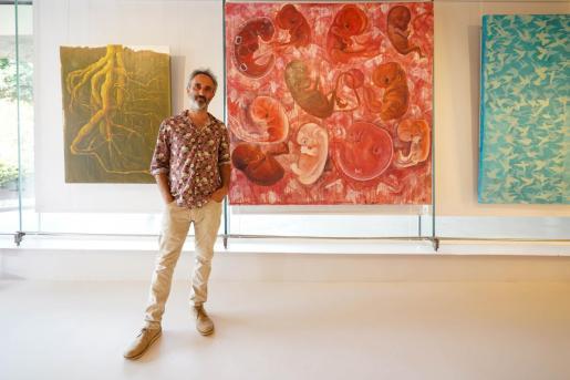 Manuel Rodríguez frente a sus cuadros en el Centre Cultural de Jesús.