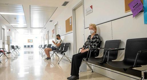 Un hombre y una mujer esperan su turno en el centro de Salud de Vila. Foto: TONI P.