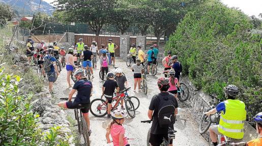 Los participantes en la 'bicicletada' en el camino de Lavilla.