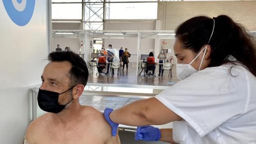 El alcalde de Ibiza, Rafa Ruiz, se vacunó ayer en el Recinto Ferial, según publicó en una red social.