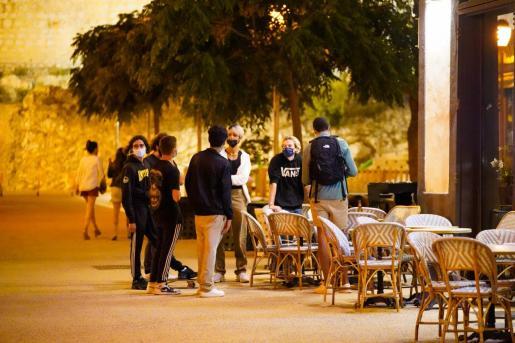Gente en la Plaza del Parque en el fin del toque de queda.