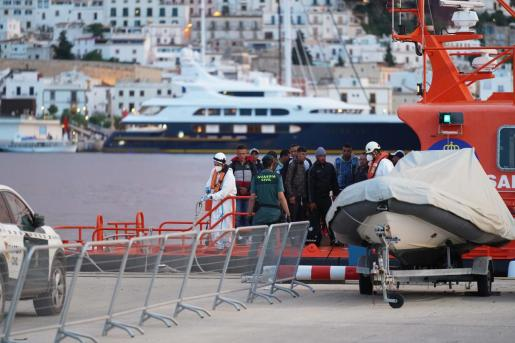 Imagen de los inmigrantes llegando al puerto de Ibiza el pasado 30 de mayo.