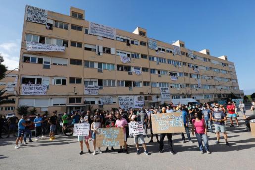 Vecinos de los apartamentos Don Pepe, durante la última protesta.