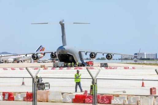 El C17 cargando el material en la zona de rampa del aeropuerto de Ibiza.