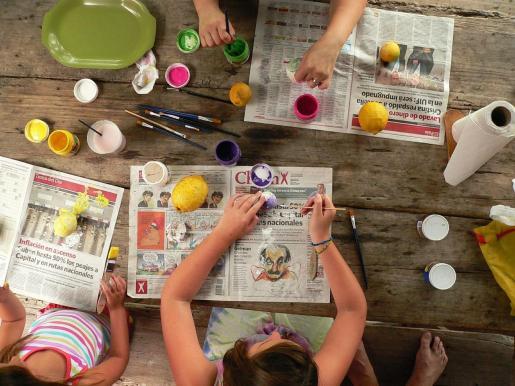 Niños realizando manualidades.