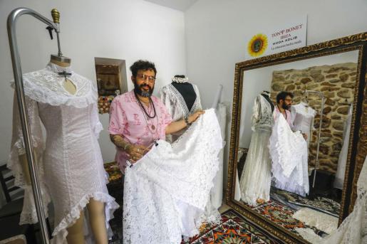 El diseñador ibicenco Tony Bonet en el estudio donde actualmente trabaja cerca del pueblo de Sant Jordi.