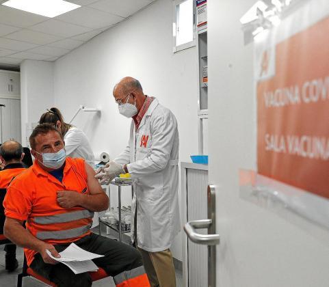 En la Comunitat Valenciana sí. Unos 50.000 trabajadores de empresas de la Comunitat Valenciana, entre ellas El Corte Inglés y Mercadona, comenzaron a recibir ayer las vacunas que les administra su empresa de acuerdo con la Generalitat.