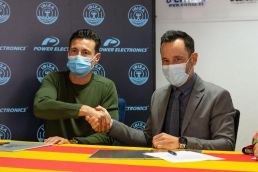 Amadeo Salvo y Rafa Ruiz durante la firma del convenio por el estadio de Can Misses.