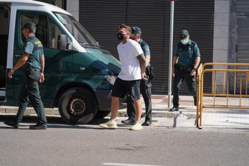 El detenido, a la salida de los juzgados de Ibiza.