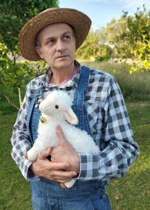 José Ignacio Ricarte junto a la oveja Goliath, también protagonista de la obra.