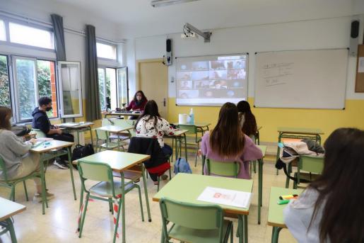 Una clase de este curso con distancias, mascarillas y seguimiento de parte del alumnado por vía telemática.