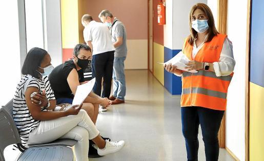 La población empezó a acudir este miércoles también a los centros de salud (en la imagen, el de Son Rullán) para recibir la vacuna contra la COVID. El personal del GSAIB atiende a los pacientes en la sala de espera antes de entrar en la consulta.