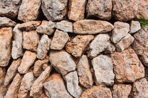 El Consell de Ibiza ofrece talleres de piedra seca para favorecer su mantenimiento.