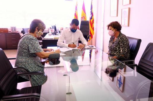 Sant Antoni firma los convenios de colaboración con Cáritas, Fundació Deixalles y APAAC.
