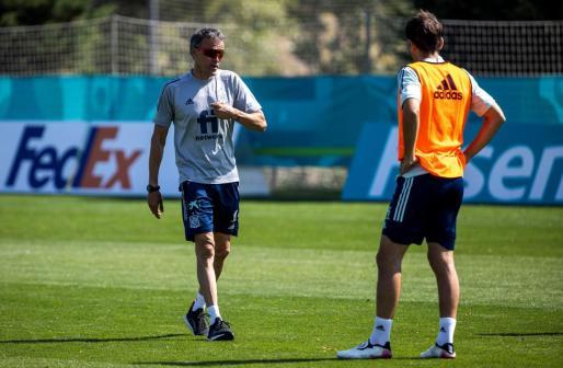 El seleccionador español Luis Enrique durante el entrenamiento que los jugadores de la selección española que componen la burbuja paralela a la lista orginal para la Eurocopa.