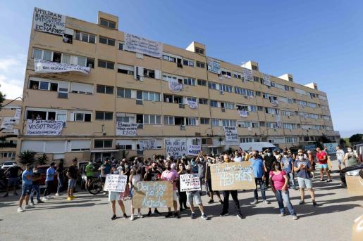 Vecinos de los Apartamentos Don Pepe, el pasado lunes.