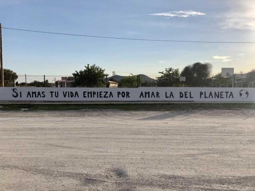 El mural en castellano que han escrito los estudiantes del Liceo Francés de Ibiza en colaboración con la artista urbana ibicenca Aida Miró.