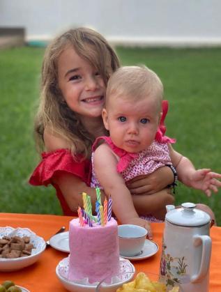 Imagen de Olivia y Anna.