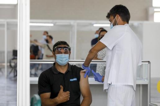 Un ciudadano se vacuna contra el coronavirus en el Recinto Ferial de Ibiza.