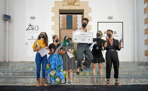 Arnau Jorba Mira celebra emocionado su victoria junto a sus compañeros. Abajo, la pieza que forma parte de la colección ganadora.