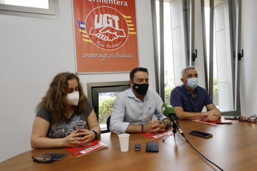 Guadalupe López, José García y Bladimiro García, el viernes, en rueda de prensa
