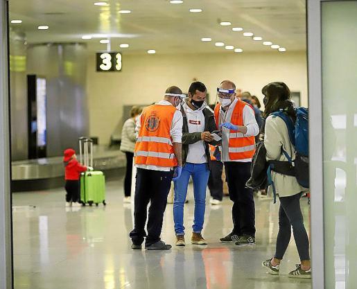 En los puertos y aeropuertos de Balears hay personal sanitario que ayuda a seguir las instrucciones