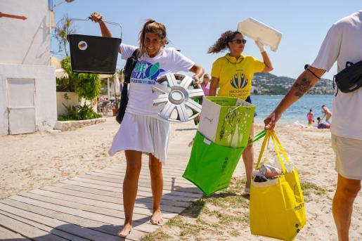 Un instante de la limpieza de la playa de Talamanca.