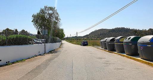 Esta zona del camino de Cap Negret se utiliza todos los veranos como aparcamiento.