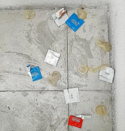 Restos de la bacanal de sexo en los pasillos de la estación.