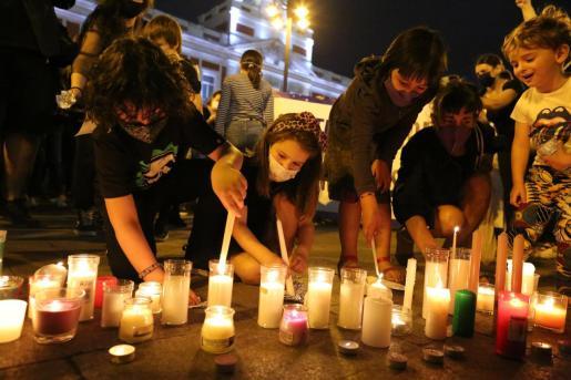 """Varias personas participan en una concentración feminista en la Puerta del Sol en repulsa por """"todos los feminicidios"""", a 11 de junio de 2021, en Madrid."""