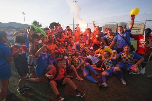 Una imagen de la celebración del ascenso del Inter Ibiza a Tercera División.