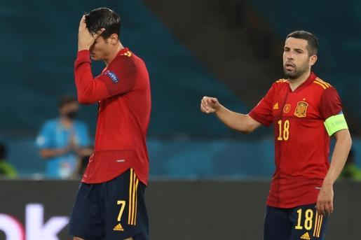 El delantero de la selección española Álvaro Morata (i) recibe el saludo de su compañero Jordi Alba (d) durante su sustitución ante Suecia, en el partido del grupo E de la Eurocopa 2020, este lunes en el estadio de La Cartuja, en Sevilla.