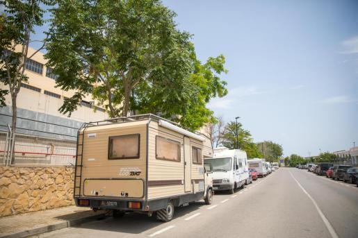 Caravanas aparcadas por las calles de Ibiza.