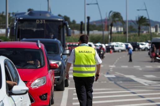 Coches esperando en el puerto de Ibiza para embarcar rumbo a Formentera.