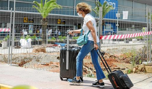 La primera imagen que recibe el visitante es de un aeropuerto vallado y levantado por unas obras que no avanzan.