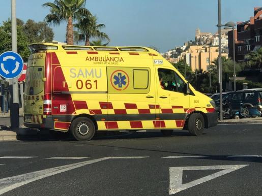 Una ambulancia de urgencias de soporte vital básico, circulando por Ibiza.